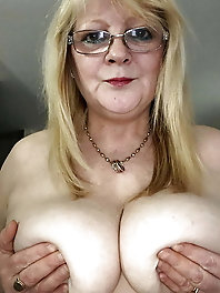 Aged cougar is getting nude on photo